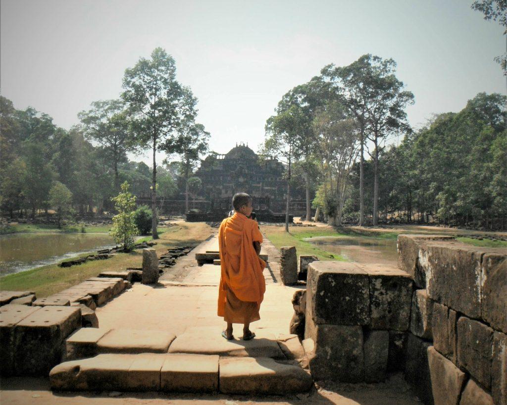 Jonge monnik in oranje gewaad Angkor