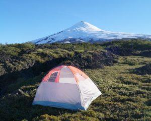 Ons tentje naast de actieve vulkaan Villarica in Nationaal park Villarrica.