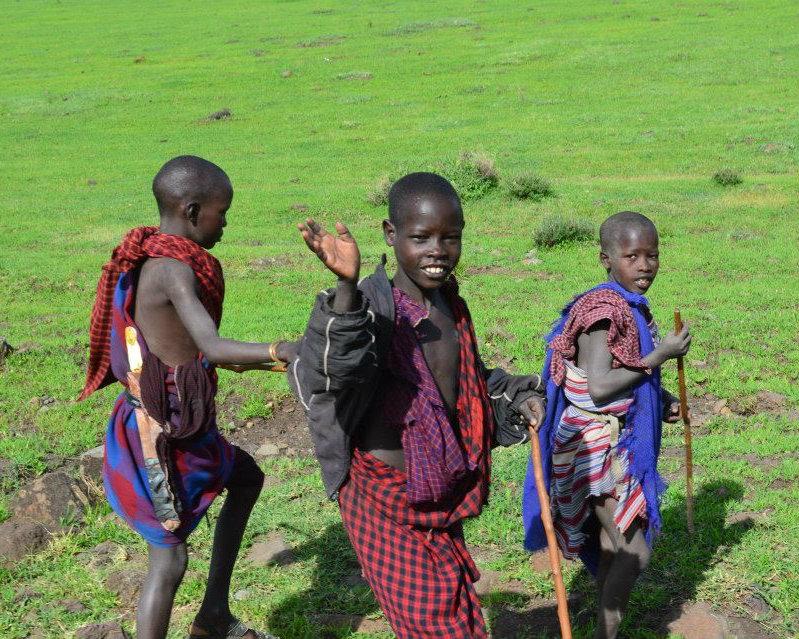 Maasai kinderen in Tanzania op de weg naar de Ngorongoro krater