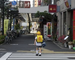 Kleine Japanner in schooluniform in de wijk Shibuya