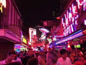 Bodega Bangkok. Dichtbij het hostel bevindt zich het beruchte Soi Cowboy (van de Hangover); een pubstreet waar vooral striptenten, gogobars en andere louche praktijken de boventoon voeren.