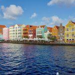 Gekleurde huizen op Curaçao in de Antillen.