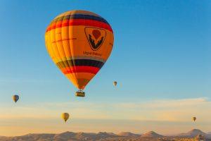 Een reis in je eentje in een luchtballon is waarschijnlijk duurder dan met z'n tweeën. Stel je er dus op in dat alleen reizen duurder is.