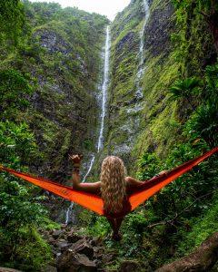 Als je solo reist, kun je heerlijk in je eentje in een hangmat van het uitzicht genieten.