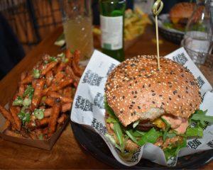 Sweet potato fries met een vegan hamburger bij de Vegan Junk Food Bar.