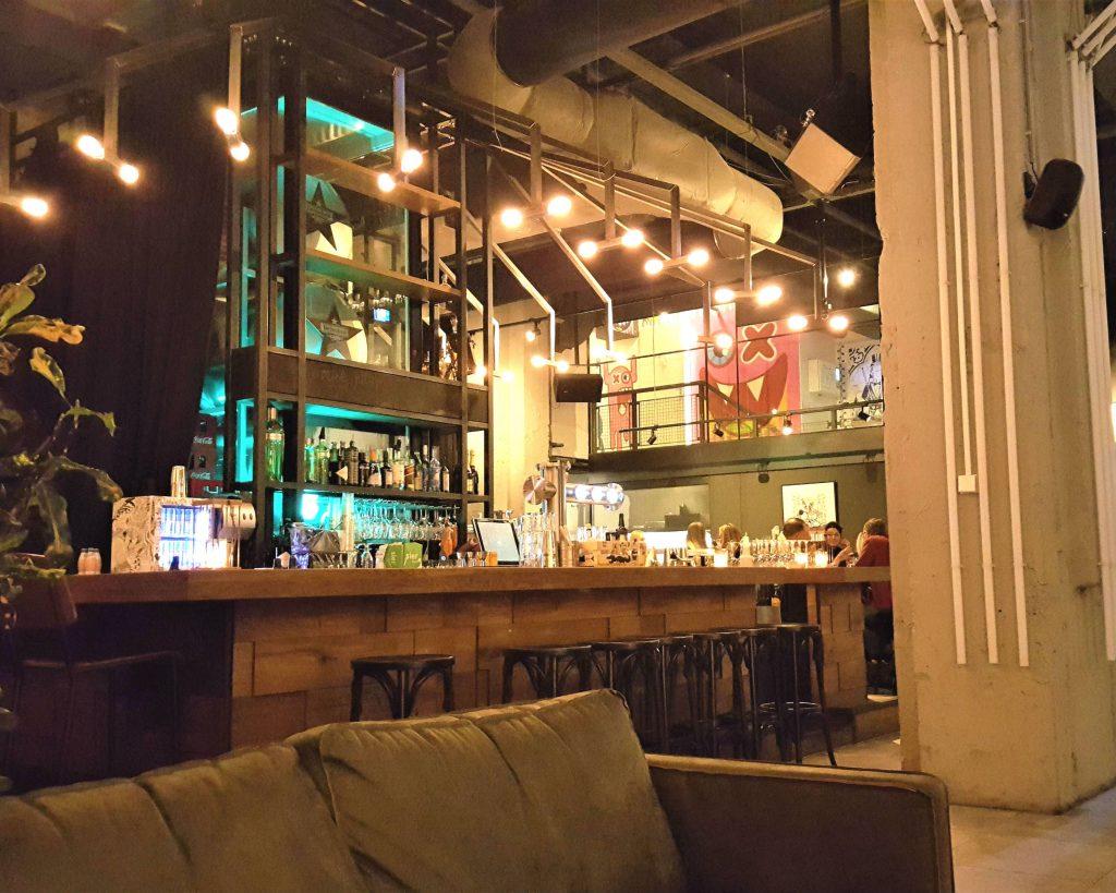 De bar van De Bajes op Rembrandtplein.